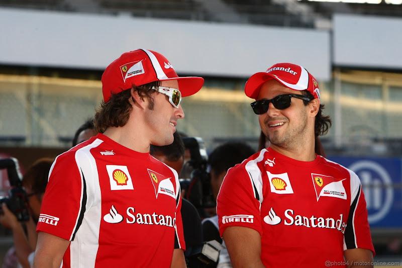 Фернандо Алонсо и Фелипе Масса улыбаются на Гран-при Японии 2011