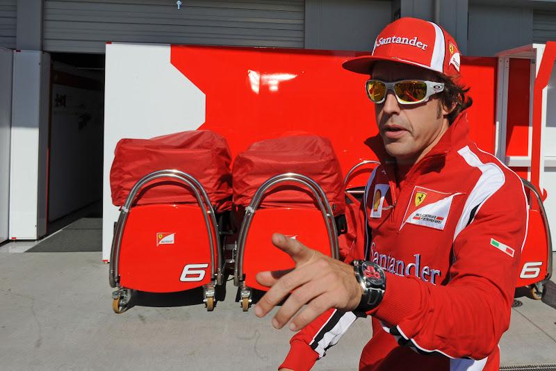 Фернандо Алонсо показывает на что-то пальцем на Гран-при Японии 2011