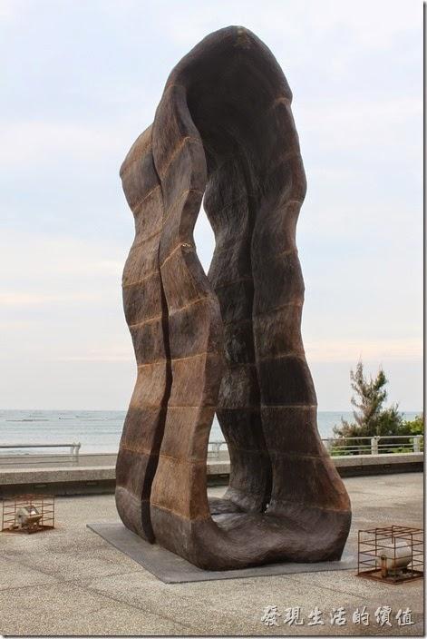 台南-觀夕平台。這件作品可以讓遊客穿過其間時聽到海風的共振所產生的浪濤聲。