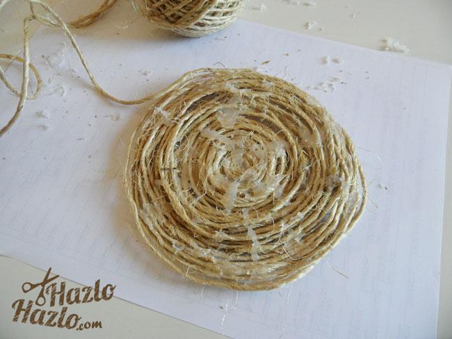 Salvamanteles hecho a mano con cuerda