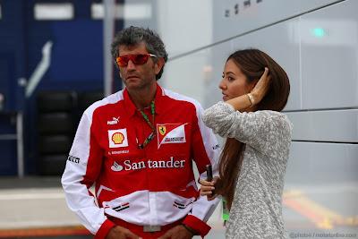 Джессика Мичибата и сотрудник Ferrari в паддоке Нюрбургринга на Гран-при Германии 2013