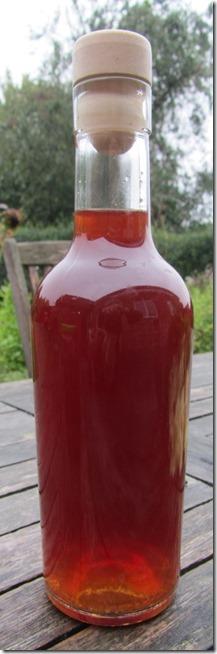 Rotöl abgefüllt