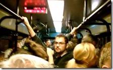 Passeggeri ammassati in autobus