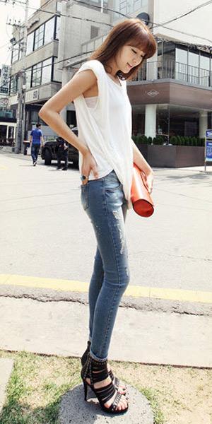 2 phong cach don gian voi jeans rach  9