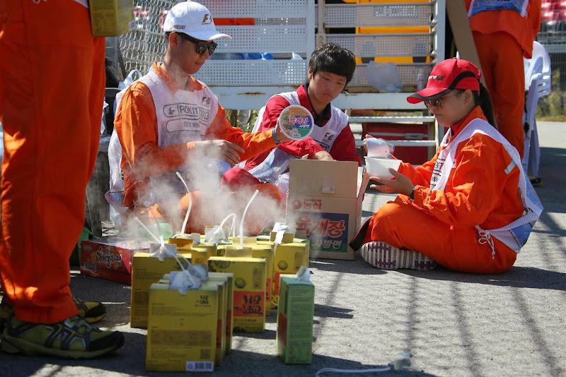 маршалы обедают на трассе Йонам на Гран-при Кореи 2013