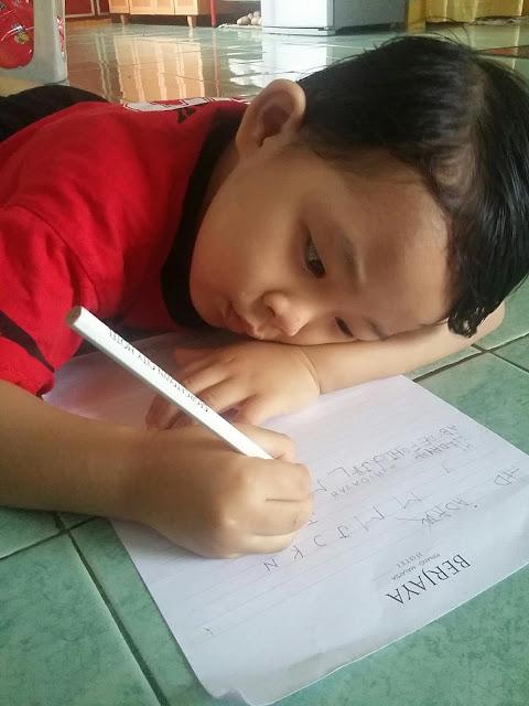 Wordless Wednesday | Jom belajar menulis, adkdayah, kanvaskehidupanku.blogspot.com, budak 4 tahun belajar menulis
