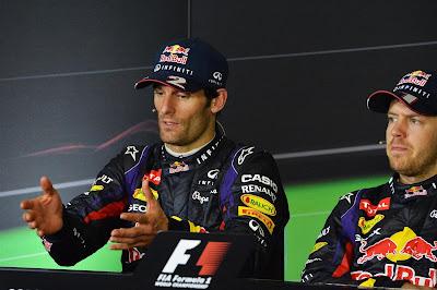 жестикулирующий Марк Уэббер и Себастьян Феттель на пресс-конференции после гонки на Гран-при Малайзии 2013