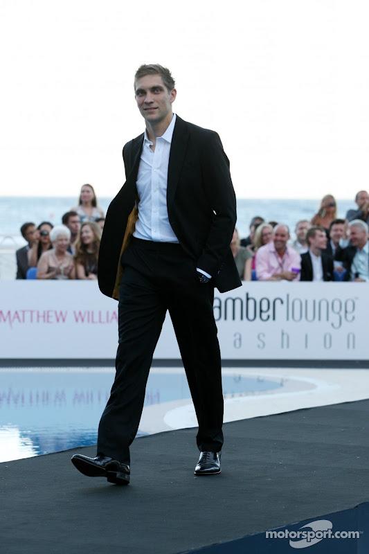 Виталий идет по подиуму в черном костюме на Amber Fashion Show Гран-при Монако 2011