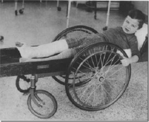 Niño en una especie de silla