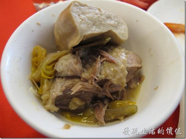 台南-阿美飯店。這砂鍋鴨的鴨肉燉到了軟爛,雖然還不至於入口即化,但好滋味盡在不言中。一絲一絲的鴨肉慢慢品嚐其味道。