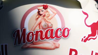 полуголая девушка на шлеме Себастьяна Феттеля на Гран-при Монако 2013