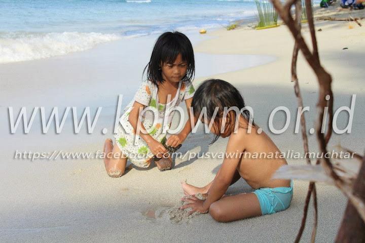 bermain di pantai palippis