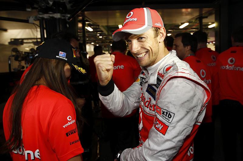Дженсон Баттон показывает кулак после победы на Гран-при Австралии 2012