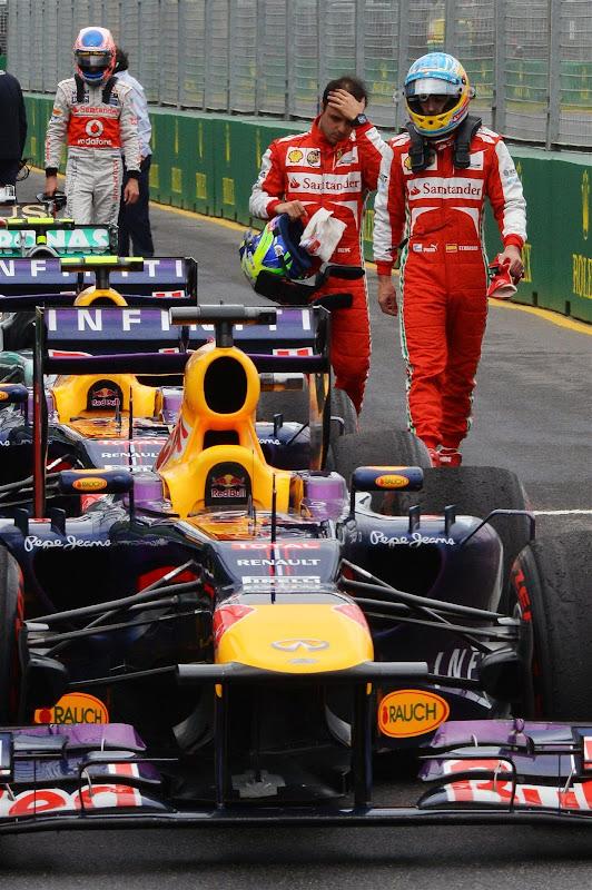 пилоты приглядываются к болиду Red Bull после квалификации на Гран-при Австралии 2013