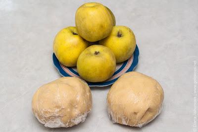 песочное тесто и яблоки
