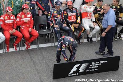 Себастьян Феттель перед фотосессией пилотов по случаю закрытия сезона на трассе Интерлагос на Гран-при Бразилии 2011