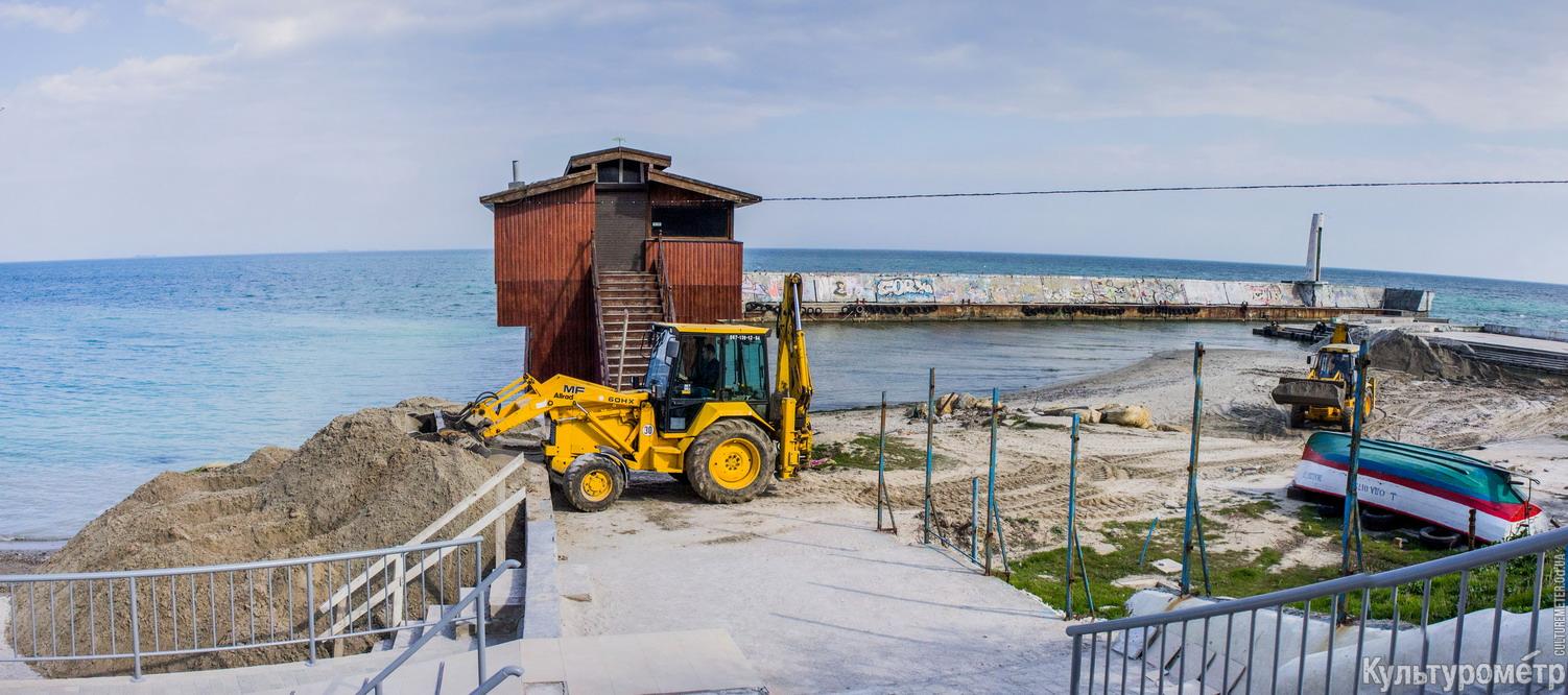На одесском Ланжероне экскаваторы возят песок с одного пляжа на другой (ФОТО), фото-1