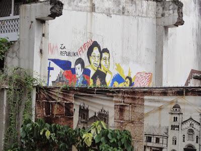 Bilde av presidentparet på en vegg.