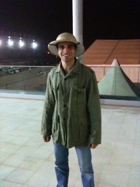 Жером Д'Амброзио в шляпе и зеленой куртке на Гран-при Индии 2011