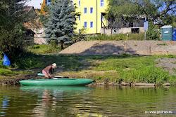 Půjčovna lodí a nouzové tábořiště Dronte - Karlovy Vary. Při příjezdu autem z centra poznáme vjezd do půjčovny podle velké reklamy na koberce na žlutém domě a autobusové zastávky.