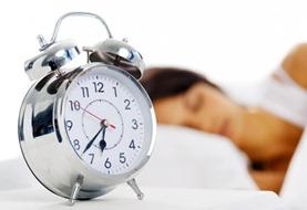 mulher-dormir-despertador