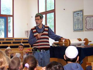 הרב צבי מציג את התורה לבני כתיה ב'.