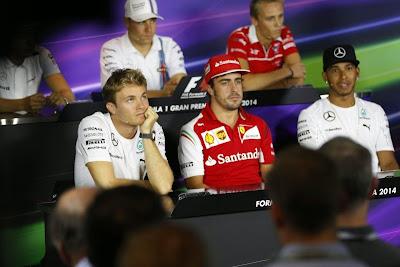 Фернандо Алонсо между Нико Росбергом и Льюисом Хэмилтоном на пресс-конференции в четверг на Гран-при Италии 2014