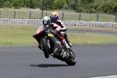 Трой Бэйлисс катает Марка Уэббера на мотоцикле Ducati