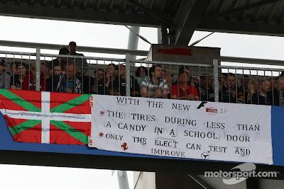 баннер болельщиков о резине Pirelli на трибунах Нюрбургринга на Гран-при Германии 2013