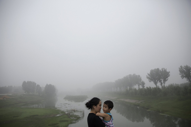Waiting on a roadside this month for a highway from Beijing to Hebei Province to reopen after it was closed because of low visibility on a day of heavy smog. Photo: Damir Sagolj / Reuters