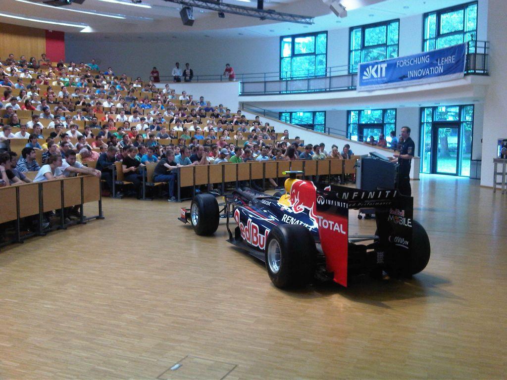 болид Формулы-1 Red Bull в лекционной аудитории