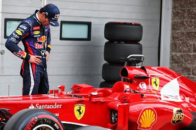 Марк Уэббер разглядывает болид Ferrari после квалификации на Гран-при Кореи 2013