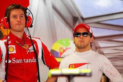 Роб Смедли и Фелипе Масса смотрят куда-то на Гран-при Италии 2011 в гараже Ferrari
