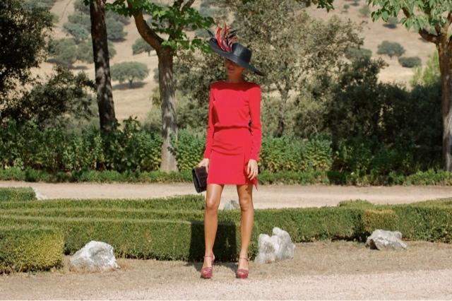 Invitada a boda muy elegante vestida de rojo