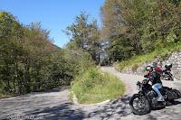 Vom Ort Preone durch das Val di Preone. Das schmale und steile Sträßchen endet an der untersten Kehre der SP1, die zur Sella Chianzutan ansteigt und nach Tolmezzo führt.