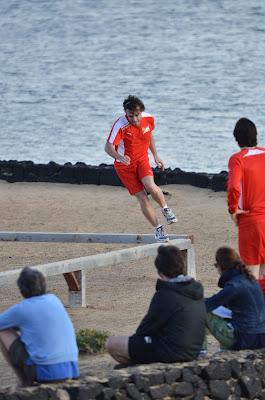 Фернандо Алонсо бежит по брусьям на тренировочной сессии Ferrari на испанском острове Лансароте 26 января 2012