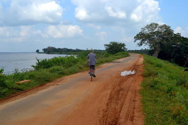 Поездка на велосипеде вдоль озера, Полоннарува, Шри Ланка