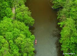 V těchto místech Ohře protéká přírodní památkou Údolí Ohře.