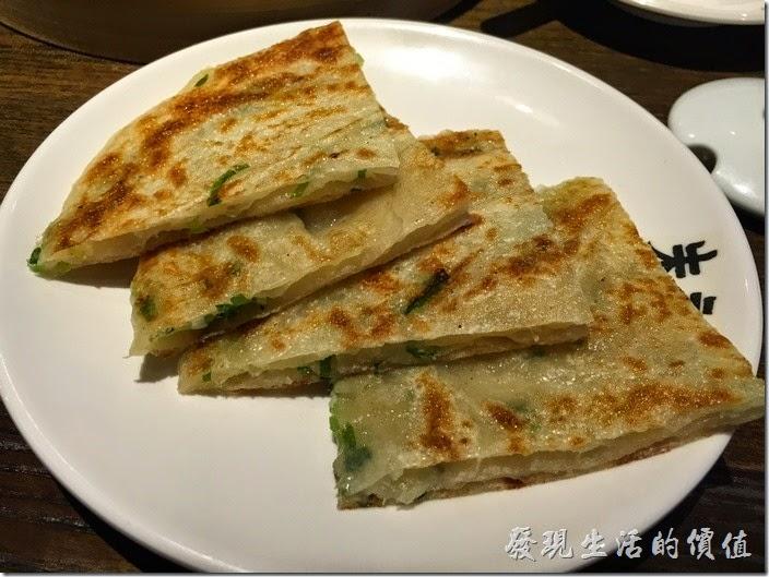台北南港-朱記‧餡餅粥。蔥油餅,NT50。感覺餅皮有點厚,青蔥的味道也沒有出來,建議要加點辣交貨醬油提味,下次改點餡餅試試吧。