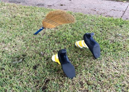 Метла и ноги торчат из газона