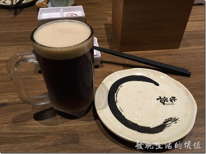 台北南港-乾杯燒烤。工作熊點了一杯half&half(生啤酒+黑生啤酒)。中杯NT90,大杯,NT110。能喝的要點大杯的,多很多。