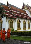 Mnisi korzystali z chwili bez deszczu by dotrzeć na popołudniowe nauki.