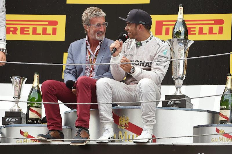 Эдди Джордан берет интервью у Льюиса Хэмилтона на подиуме Гран-при Испании 2014