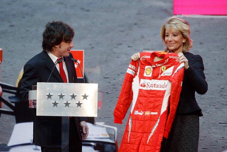 Фернандо Алонсо дарит свой комбинезон Ferrari Эсперанса Агирре в Мадриде 19 декабря 2011