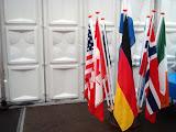 De vlaggen van de diverse landen waar de deelnemers vandaan komen.