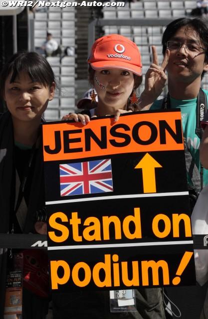 болельщики Дженсона Баттона с призывом подняться на подиум на Гран-при Японии 2011