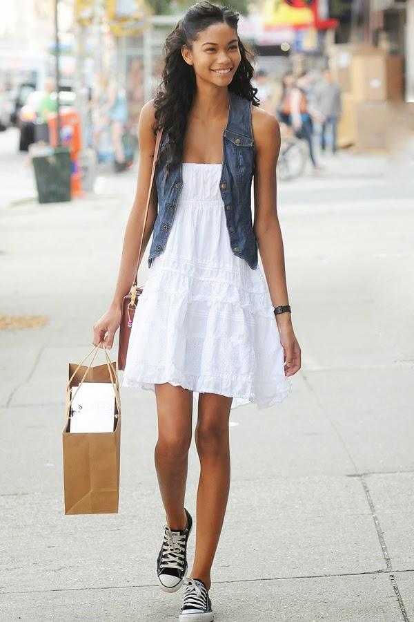 Джинсовое платье с белыми кедами