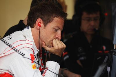 задумчивый Дженсон Баттон в боксах команды на Гран-при Венгрии 2011