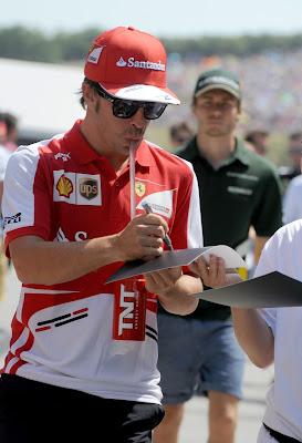 Фернандо Алонсо дает автограф на Гран-при Венгрии 2013
