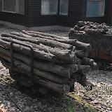 礦坑前的木柴和礦石車。